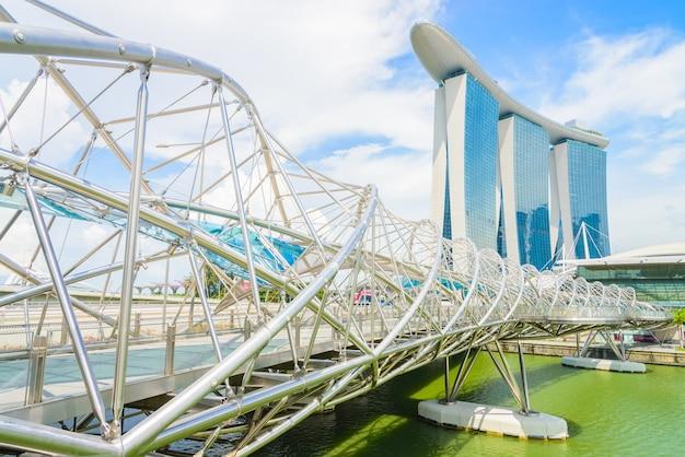 Pont de l'hélice avec le bâtiment de la baie de la marina