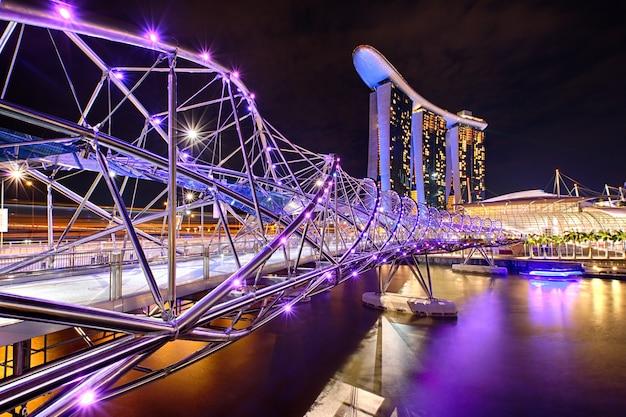 Le pont helix avec marina bay sands en arrière-plan
