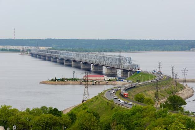 Le pont impérial sur la volga. un pont sur la volga au printemps à oulianovsk, en russie. la vue depuis le haut de la digue de la volga à oulianovsk.