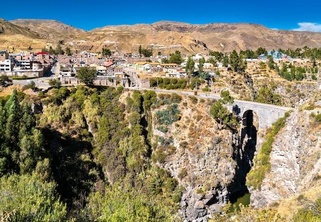 Le pont inca sur la rivière colca à chivay pérou