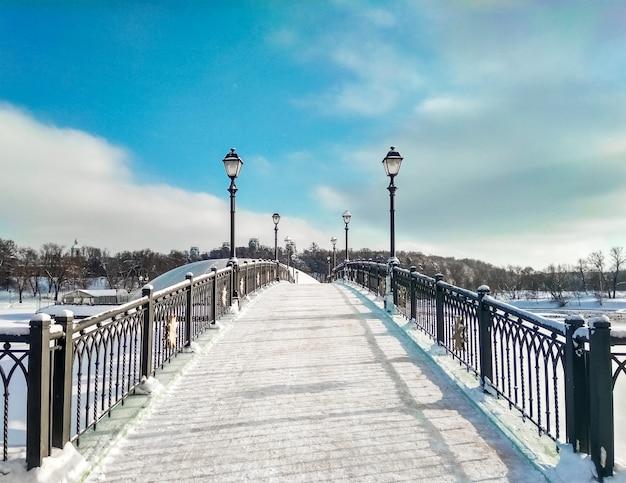 Pont incurvé sur fond de ciel bleu à la journée d'hiver