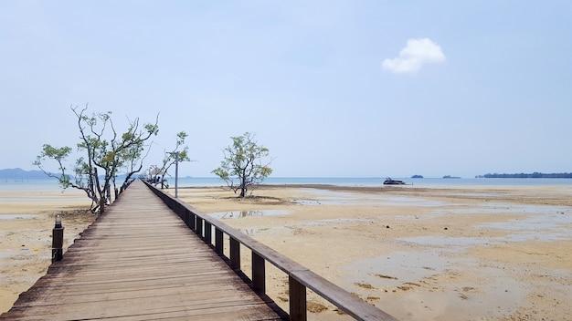 Le pont de la jetée atteint la mer