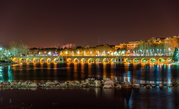 Pont joubi sur la rivière zayanderud à ispahan - iran