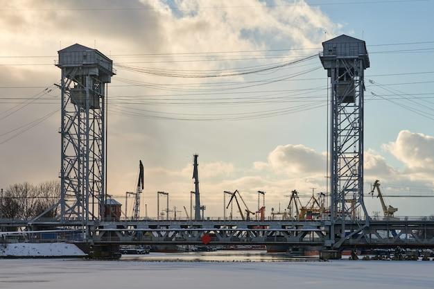 Pont levant vertical à deux niveaux avec voie ferrée. paysage urbain industriel. pont superposé dans la ville de kaliningrad.
