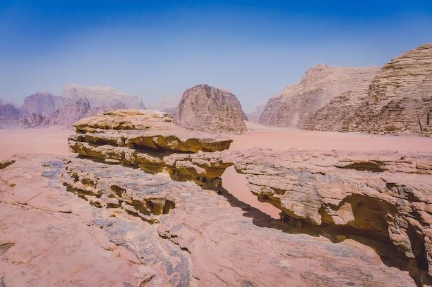 Le pont de little rock, wadi rum, jordanie, moyen-orient