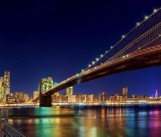 Pont de manhattan de new york city sur le fleuve hudson avec horizon après le coucher du soleil