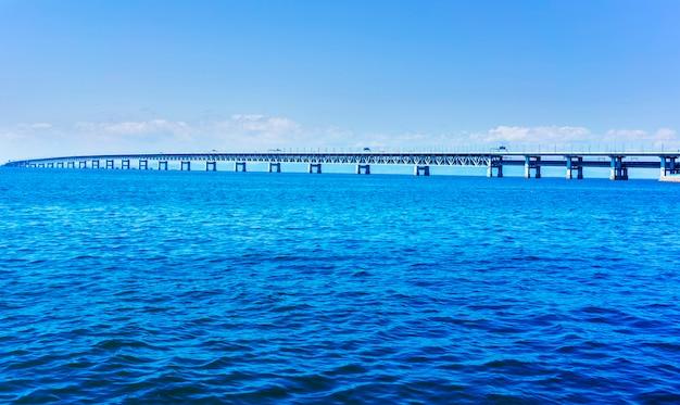 Pont sur la mer bleue de la baie d'osaka à l'aéroport international de kansai dans la ville de rinku, osaka, japon