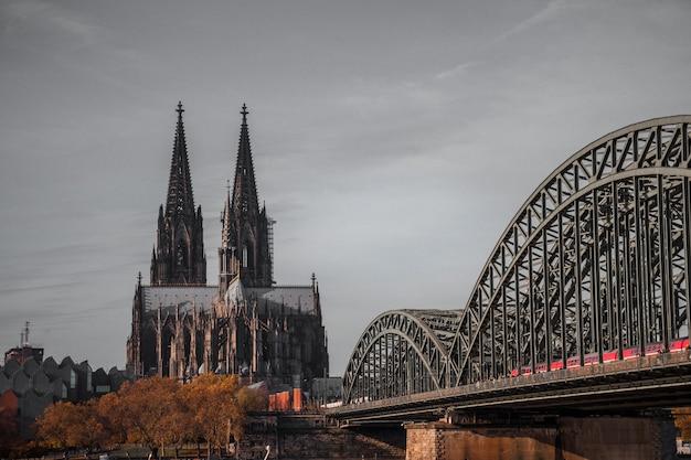 Pont métallique gris et cathédrale gothique