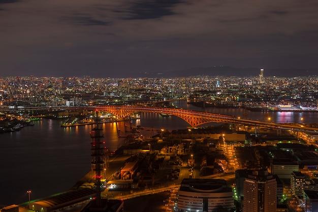Pont minato (pont rouge) vue sur la tour cosmo, osaka, japon
