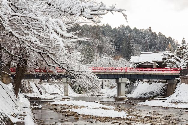 Pont de nakabashi avec chute de neige et rivière miyakawa en hiver