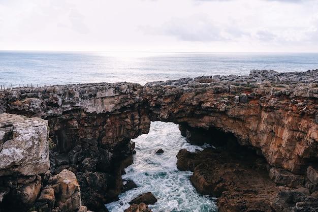 Pont naturel avec des rochers surplombant l'océan
