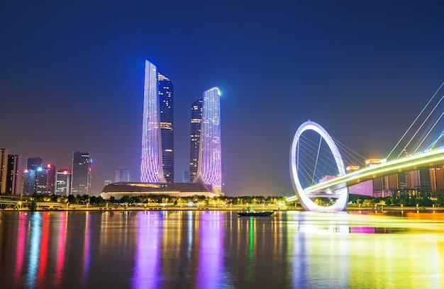 Pont de nuit et sur les toits de la ville de nanjing, chine
