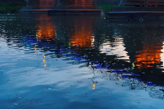 Pont nuit ville reflété dans l'eau uzhorod