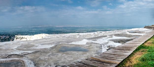 Pont d'observation au sommet de la montagne pamukkale en turquie