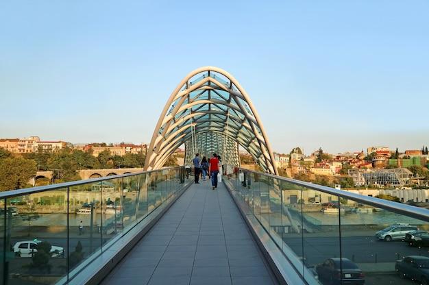 Le pont de la paix, un monument remarquable de la ville de tbilissi, géorgie