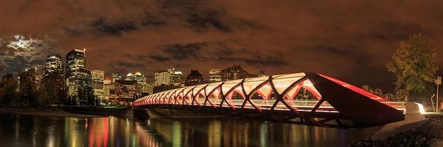 Pont de la paix sur la rivière bow à calgary alberta canada