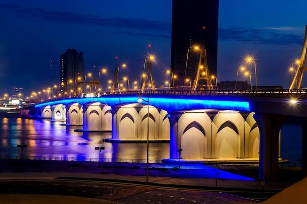 Pont de passage de la baie d'affaires au-dessus de la crique de dubaï