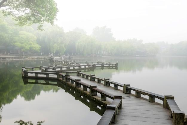 Pont paysage sur un jour brumeux