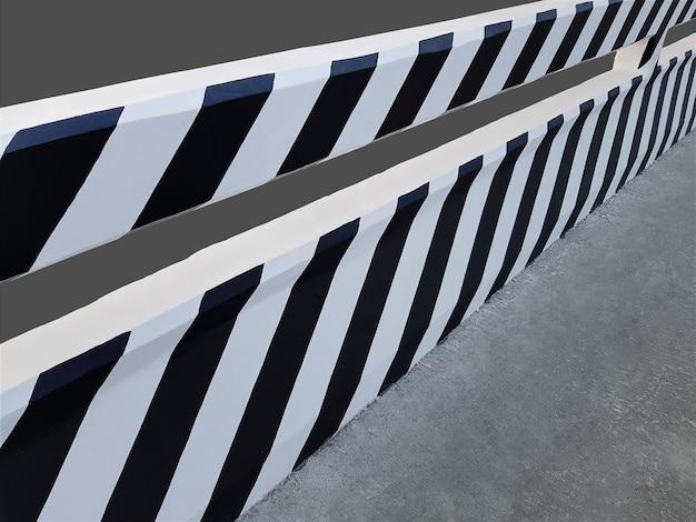 Pont avec peinture rayée noir et blanc isolé sur gris