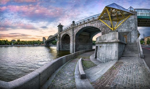 Le pont piétonnier andreevsky à moscou