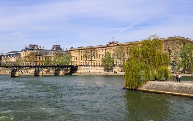 Pont piétonnier pont des arts sur la seine et bâtiments historiques de paris france