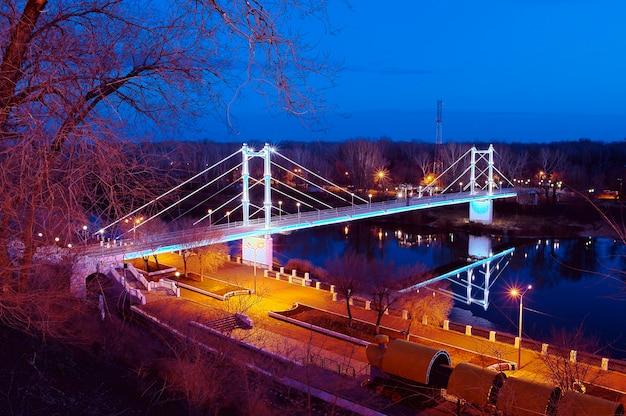 Pont piétonnier sur la rivière oural nuit. orenbourg. russie. 26.11.2013