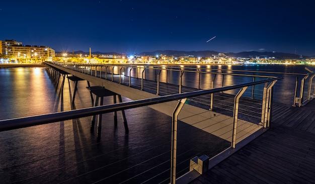 Pont sur la plage la nuit