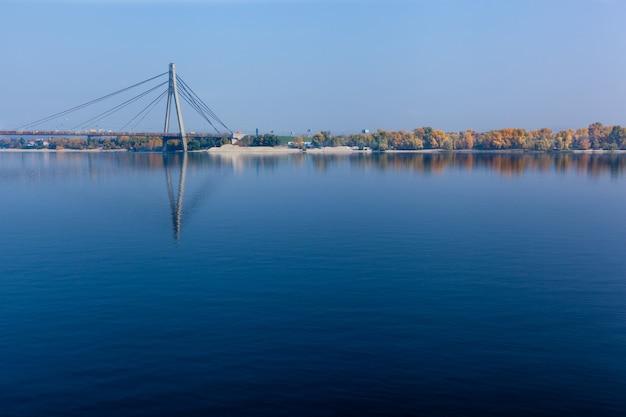 Pont sur le pont suspendu du fleuve dniepr à kiev sur le pont routier de cordes a