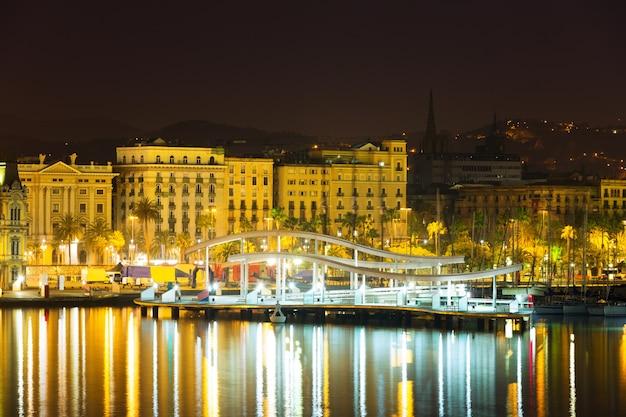 Pont à port vell pendant la nuit. barcelone