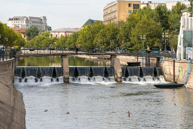 Pont sur la rivière dambovita à bucarest roumanie