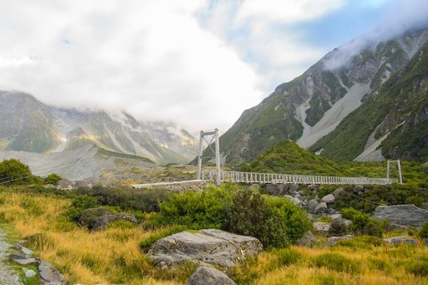 Pont sur la rivière hooker dans le parc national d'aoraki en nouvelle-zélande