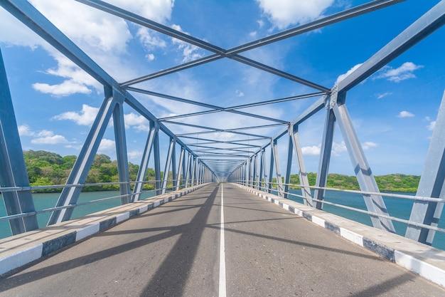 Pont sur la rivière mahaweli à trincomalees