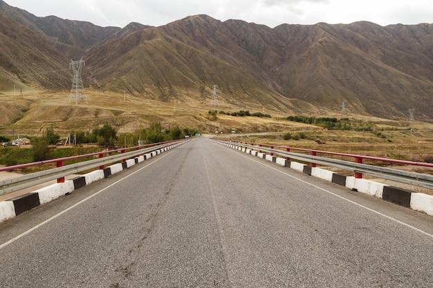 Pont sur la rivière naryn près du réservoir toktogul sur la route de bichkek osh au kirghizistan