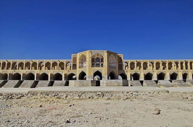 Le pont sur la rivière à sec à ispahan, en iran