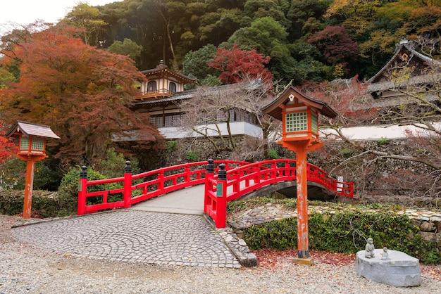 Pont rouge avec des couleurs de feuillage d'automne au temple minoo takianji à osaka, au japon.