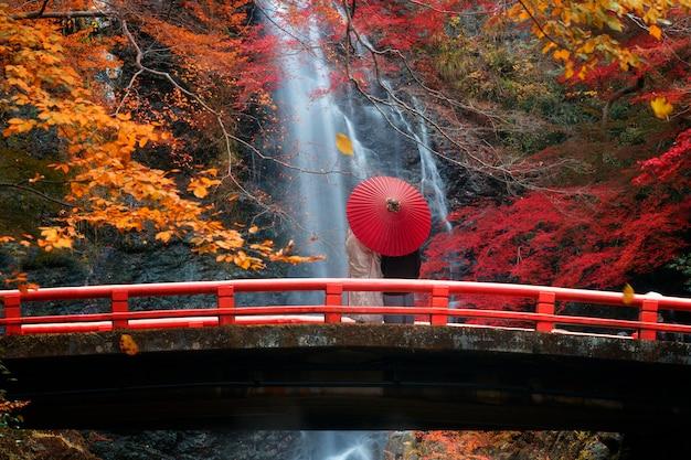 Le pont rouge dans la cascade de minoh
