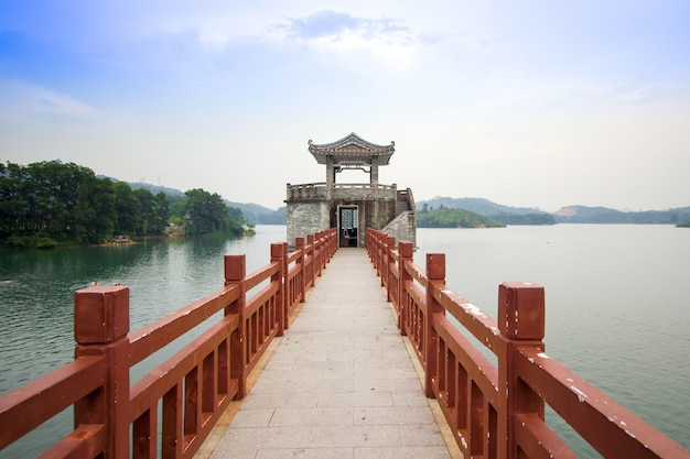 Pont rouge et pavillon de pierre dans le jardin de la lagune, hong kong.