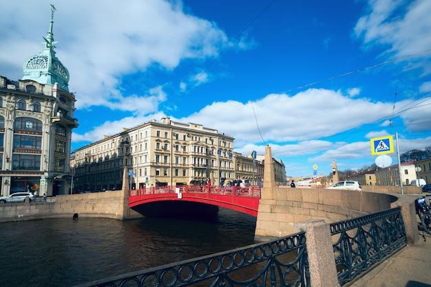 Pont rouge sur la rivière moika. saint-pétersbourg.