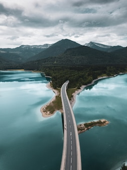Le pont-route vers les alpes sur le lac de montagne de sylvenstein en bavière, en allemagne.