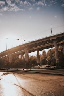Pont routier et paysage d'automne.automne
