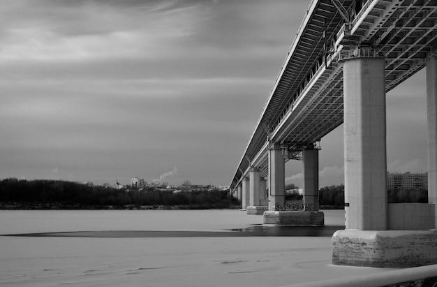 Pont routier sur la rivière gelée en hiver