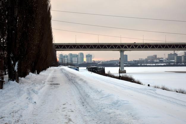 Pont Routier Sur La Rivière En Hiver Photo Premium