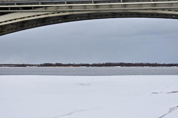 Pont routier sur la rivière en hiver