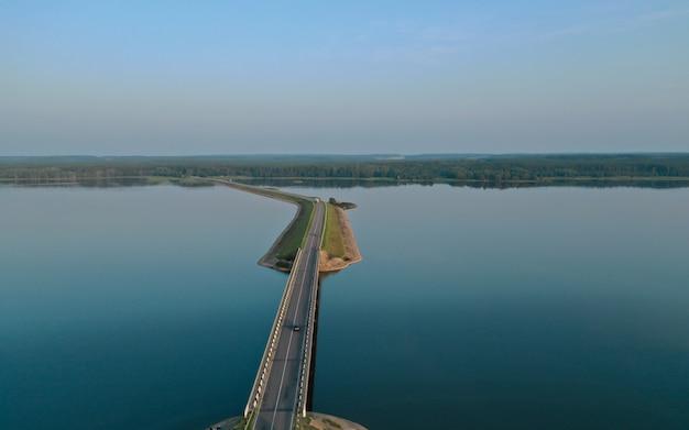 Pont routier sur la rivière
