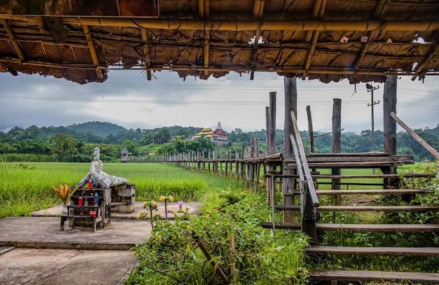 Pont su tong pae et la lumière du matin de la saison des pluies, mae hong son, thaïlande