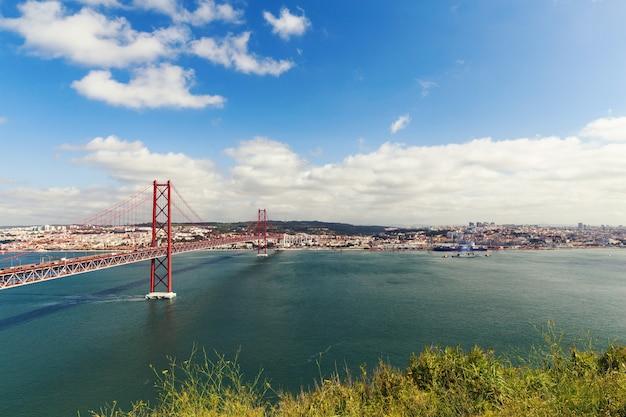 Le pont suspendu en acier du 25 avril à lisbonne