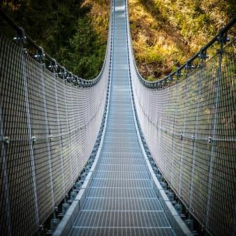 Pont suspendu sur les alpes