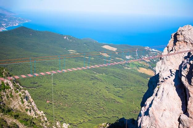Pont suspendu dans les montagnes