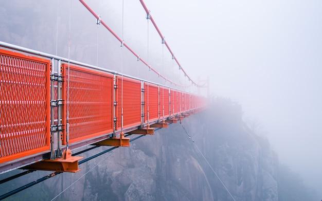 Pont suspendu dans les nuages