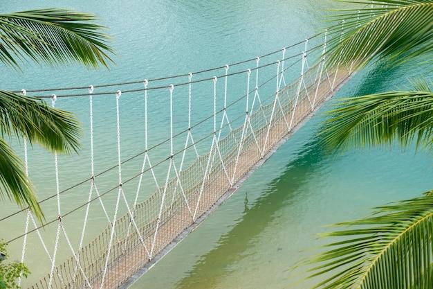 Pont suspendu pittoresque au-dessus de l'eau de mer sur l'île de sentosa à singapour